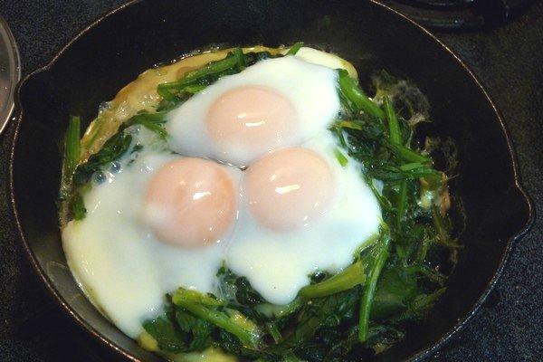 SiSO-LAB☆ニトスキ!ほうれん草を山盛り蒸し焼きで一気にしならせて卵を落としたらココット風。