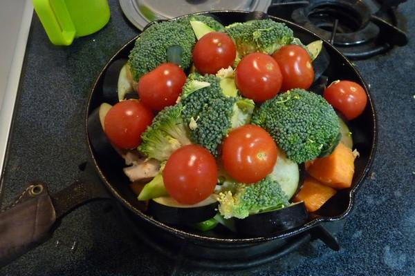 SiSO-LAB☆ニトスキ!オーブン使わずにギュウギュウ焼き。鶏肉と野菜たっぷり。ちょっと具材を盛りすぎたかな。