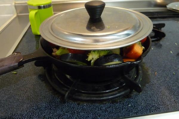 SiSO-LAB☆ニトスキ!オーブン使わずにギュウギュウ焼き。鶏肉と野菜たっぷり。フタが閉まらない…。