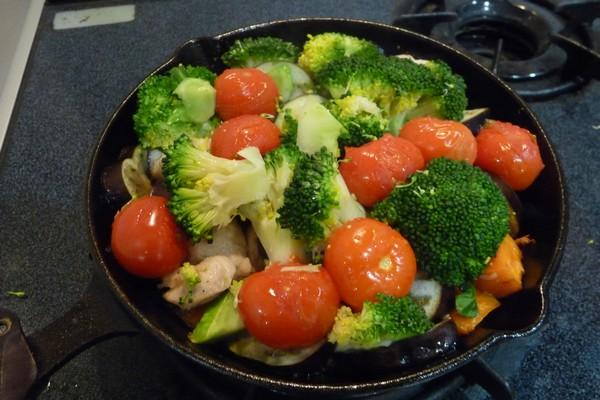 SiSO-LAB☆ニトスキ!オーブン使わずにギュウギュウ焼き。鶏肉と野菜たっぷり。色鮮やかに出来上がりました!