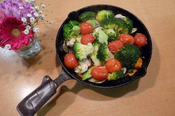 SiSO-LAB☆ニトスキ!オーブン使わずにギュウギュウ焼き。鶏肉と野菜たっぷり。食卓にそのまま出せて便利。