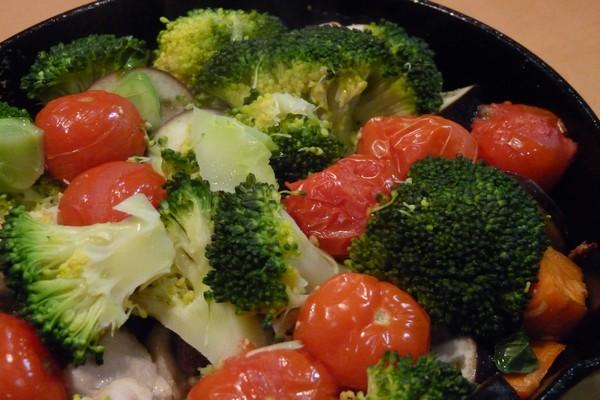 SiSO-LAB☆ニトスキ!オーブン使わずにギュウギュウ焼き。鶏肉と野菜たっぷり。色がきれいだなぁ。