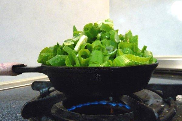 SiSO-LAB☆ニトスキ!とん平焼き風オムレツ。ネギをドバっと入れて焼きます。