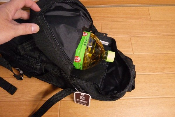 SiSO-LAB☆AVIREX イーグル ボディバッグAVX305・2LのペットボトルとYOGA BOOKが入る。