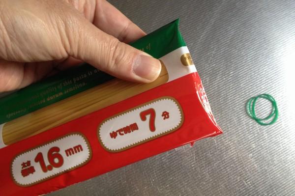 SiSO-LAB☆使いかけのスパゲティ袋を輪ゴム1本でうまく閉じる方法。