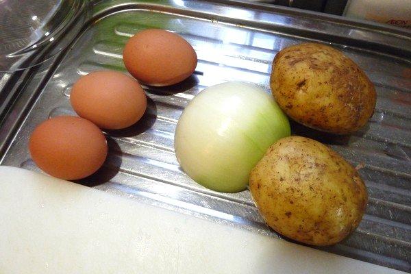 SiSO-LAB☆スパニッシュオムレツの材料。卵3個、玉ねぎ半分、ジャガイモ中2個。