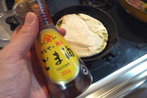 ニトスキ!キャベツの巨大餃子風。ごま油を回し入れてカリっと。