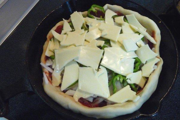 SiSO-LAB☆ニトスキ!魚焼き今度路でピザ。チーズをのせて…まだビジュアル的にはピザっぽくないけど。