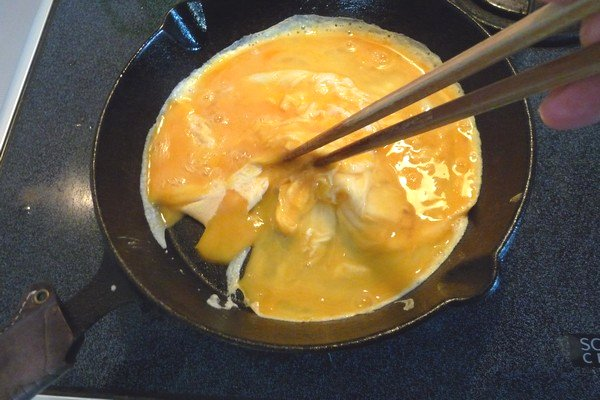 ニトスキ!ふわとろ卵のチリ鶏親子鍋。卵も簡単にふわとろに焼けるね。