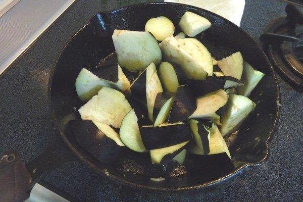 ニトスキ!ふわとろ卵のチリ鶏親子鍋。スキレットで鶏もも肉を焼くよ。