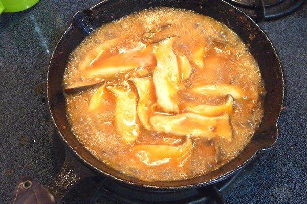 ニトスキ!ふわとろ卵のチリ鶏親子鍋。余ったソースでエリンギ鍋。