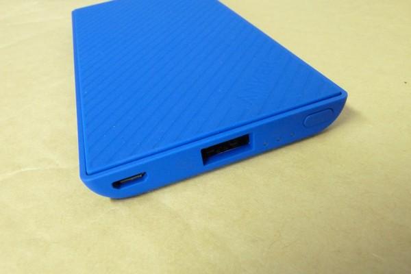SiSO-LAB☆Anker PowerCore Slim 5000。手にフィット、iPhoneと重ねて充電。USB給電口は1つ。