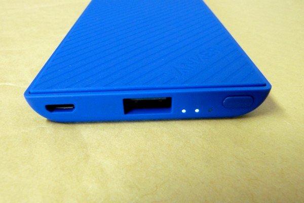SiSO-LAB☆Anker PowerCore Slim 5000。手にフィット、iPhoneと重ねて充電。購入時66%充電済み。