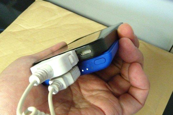 SiSO-LAB☆Anker PowerCore Slim 5000。手にフィット、iPhoneと重ねて充電。iPhone4を充電。持ちやすい。