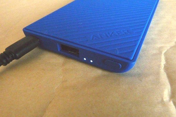 SiSO-LAB☆Anker PowerCore Slim 5000。手にフィット、iPhoneと重ねて充電。モバイルバッテリーを充電中。