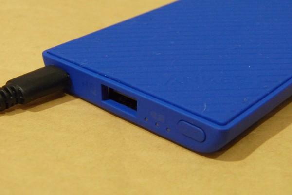 SiSO-LAB☆Anker PowerCore Slim 5000。手にフィット、iPhoneと重ねて充電。モバイルバッテリー、充電完了。