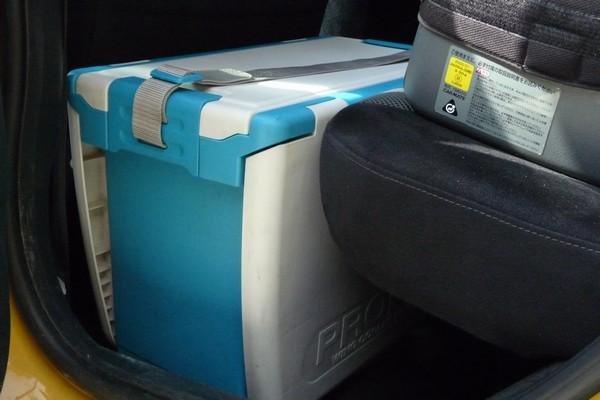 SiSO-LAB☆秀和LUCK 35 ULクーラーボックス(ウレタン)。ベルトの取り付け方法。コンパクトカーのリヤシート足元にぴったり。