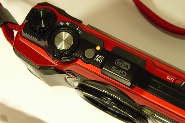 SiSO-LAB☆OLYMPUS TG-5。初充電。充電中はLED点灯。