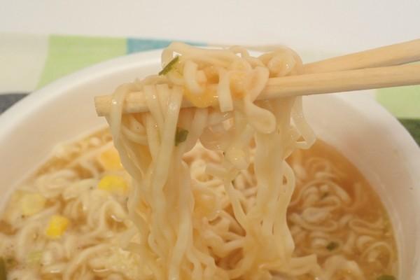 SiSO-LAB☆日清チキンラーメンどんぶりトリプルチーズ。食事中。