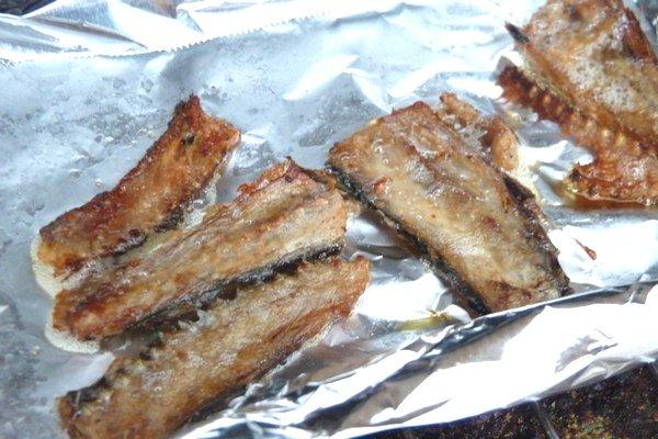SiSO-LAB☆セリアのフルーツナイフでサンマを三枚おろし。骨はさらにちょっと焼くよ。オーブントースターで。