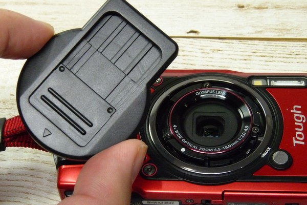 SiSO-LAB☆OLYMPUS TG-5用スライド式レンズキャップ UNX-9537。取り付け方法。
