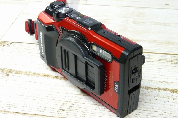 SiSO-LAB☆OLYMPUS TG-5用スライド式レンズキャップ UNX-9537。装着状態。