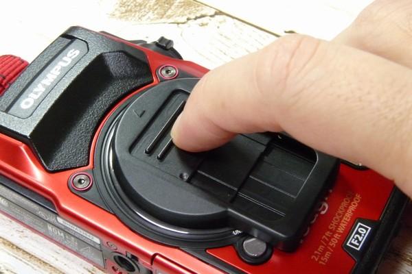 SiSO-LAB☆OLYMPUS TG-5用スライド式レンズキャップ UNX-9537。レンズキャップ開閉方法。