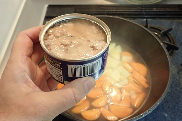 SiSO-LAB☆100均食材多用の簡単ブイヤベース風鍋。まずはサバの水煮缶。