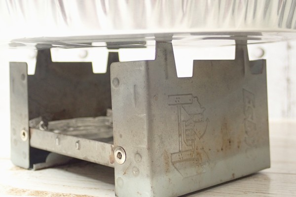 SiSO-LAB☆ESBITポケットストーブに使い捨てアルミ鍋、調理中に刺さって穴あきそう。