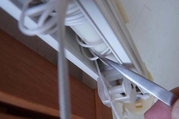 SiSO-LAB☆シェード式カーテンのチェーンが切れたので修理。巻き取りロールへのコードの通し方。