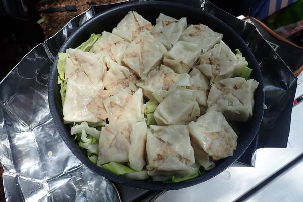 SiSO-LAB☆山飯。フライパン+キャベツで焼売。チヌークフライパンに焼売並べる。