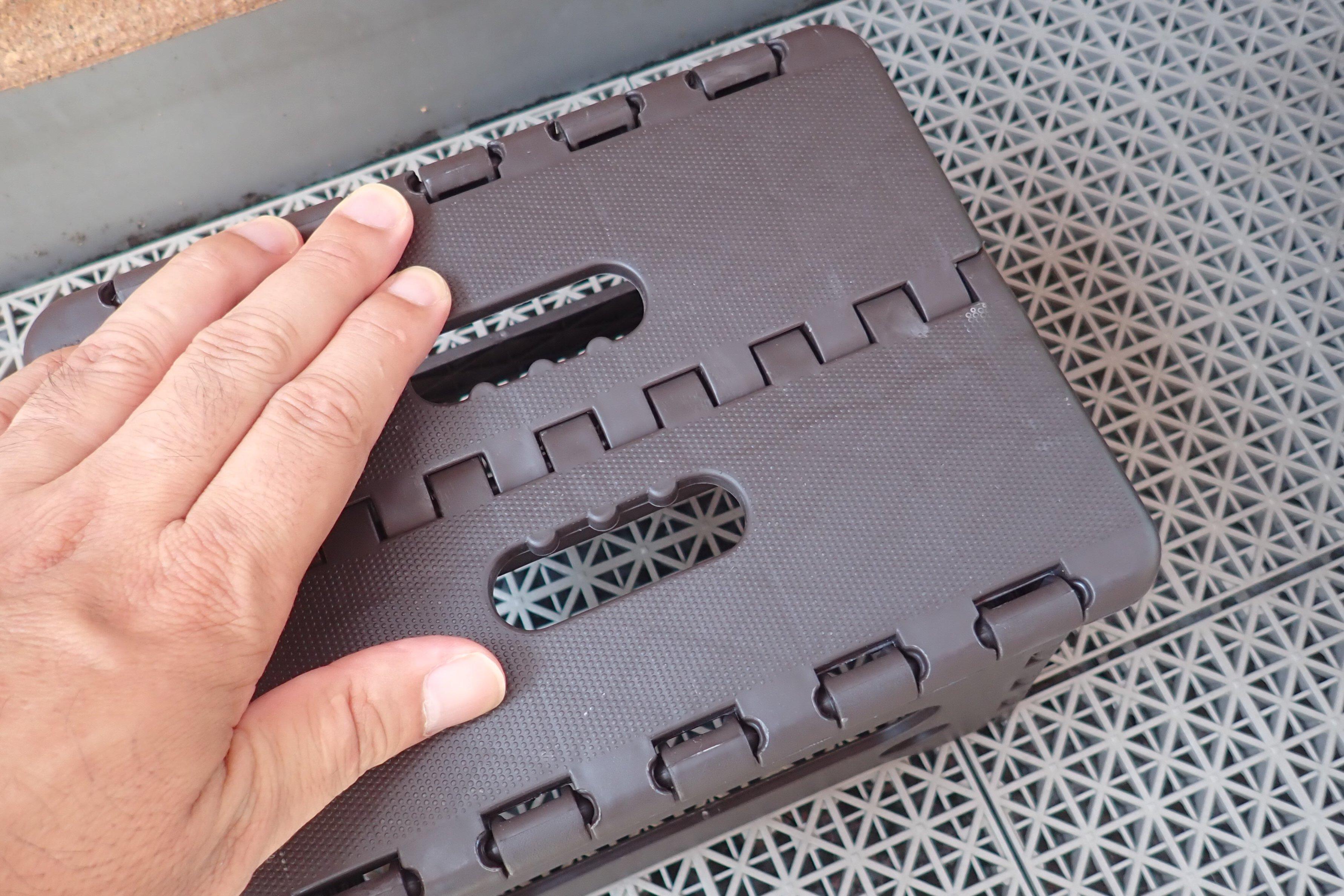 SiSO-LAB☆100均ショップの樹脂製コンパクトチェア。