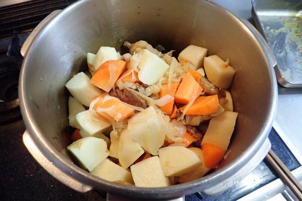 SiSO-LAB☆ふるさと納税 カレー粉で作ったカレーで猪肉堪能。材料を圧力鍋へ投入。
