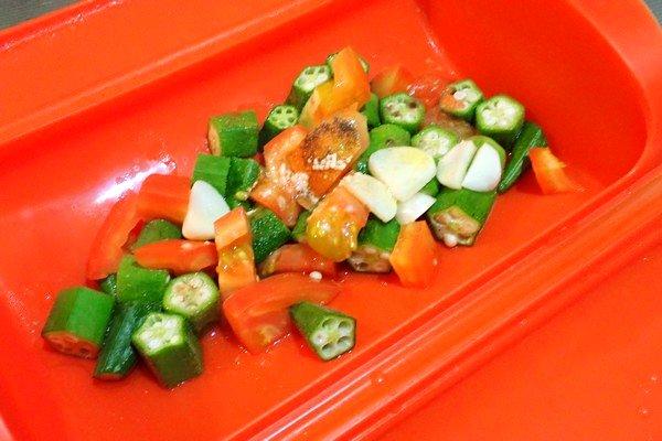 SiSO-LAB☆台湾 味の素 ほんだし(烹大師) ホタテ風味(干貝風味)。いろいろな料理に使ってみたよ。シリコン調理器で手抜きオクラトマト。