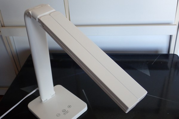 SiSO-LAB☆オーム電機LED デスクスタンドライトODS-L48G-W。折りたたみ状態からスタンドライトへ変形。
