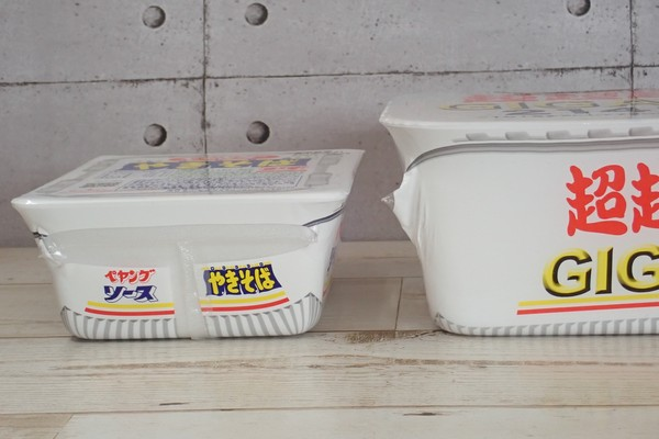 SiSO-LAB☆ペヤング ソース焼きそば 超超超大盛GIGAMAX。普通サイズとパッケージ比較。GIGAMAXの方が1.5倍ぐらい高い。