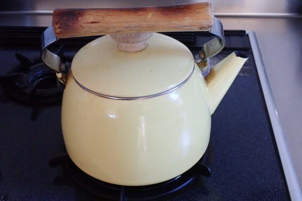 SiSO-LAB☆ペヤング ソース焼きそば 超超超大盛GIGAMAX。お湯がたくさんいるので先に沸かしておこう。