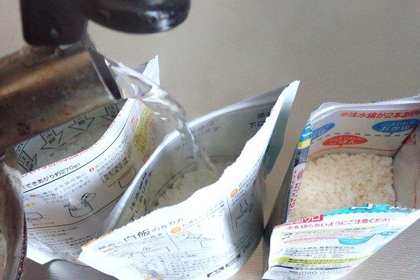 SiSO-LAB☆アルファ米、アルファ食品、尾西食品、サタケ、食べ比べ。どんどんお湯を注いでいくよ。