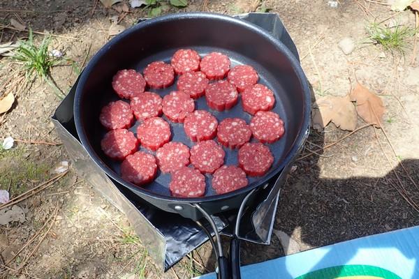 SiSO-LAB☆ESBITポケットストーブとチヌークのフライパンでカルパス焼く。
