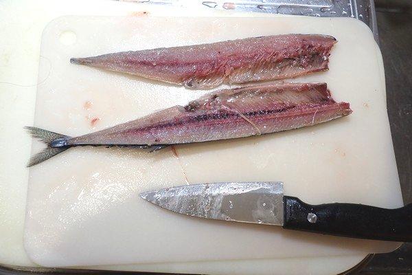 SiSO-LAB☆100均小出刃包丁で魚を三枚おろし。写真うまく取れず、一気に2枚おろしまで。