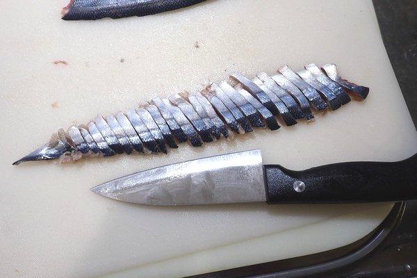 SiSO-LAB☆100均小出刃包丁で魚を三枚おろし。魚のえさ用に細切り。こんなもんかな?