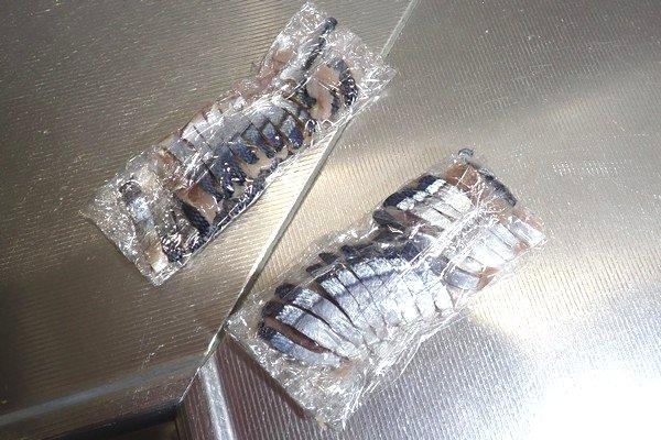 SiSO-LAB☆100均小出刃包丁で魚を三枚おろし。使う量に合わせてラップ。冷凍庫行き。