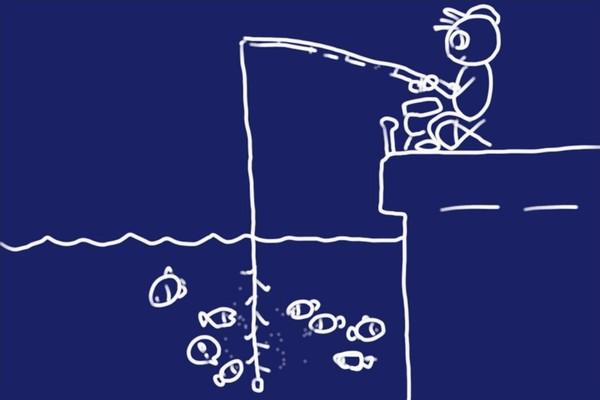 ペットボトルキャップで魚のウロコ取りをすると、あまりウロコが飛び散らなくていい感じ。それにしてもサビキ釣り、なかなか釣れないなぁ。