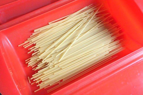 SiSO-LAB☆電子レンジ+水浸けパスタで時短調理。スパゲッティは2つに折ってルクエへ。