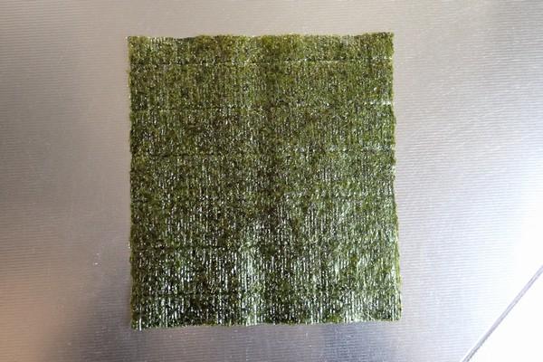SiSO-LAB☆増量おにぎらず、海苔1枚で大きく作ってみるよ。海苔1枚。約21x19cm。