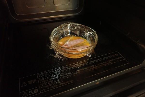 SiSO-LAB☆増量おにぎらず、海苔1枚で大きく作ってみるよ。溶き卵とウィンナーを電子レンジで調理。