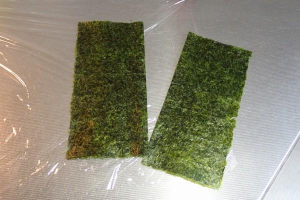 SiSO-LAB☆増量おにぎらず、海苔1枚で大きく作ってみるよ。海苔を縦に2つに切ります。