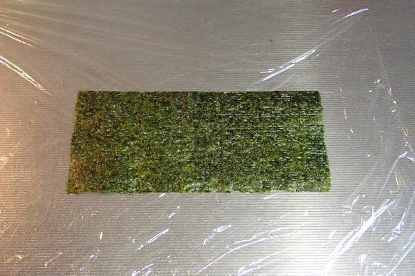 SiSO-LAB☆増量おにぎらず、海苔1枚で大きく作ってみるよ。切った海苔を1枚横向きに置くよ。