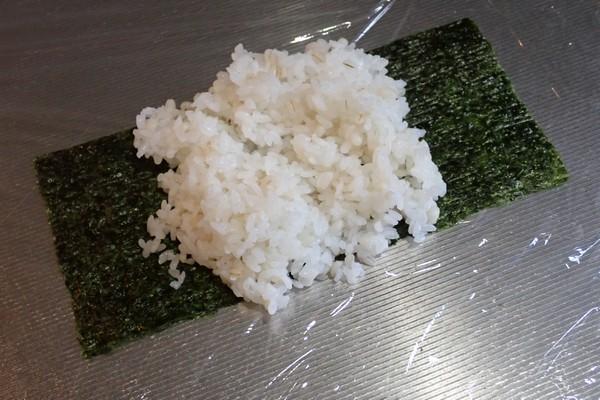 SiSO-LAB☆増量おにぎらず、海苔1枚で大きく作ってみるよ。海苔にご飯を半分乗せてね。