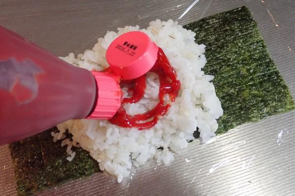 SiSO-LAB☆増量おにぎらず、海苔1枚で大きく作ってみるよ。オムライス感を出すためにご飯にケチャップ。
